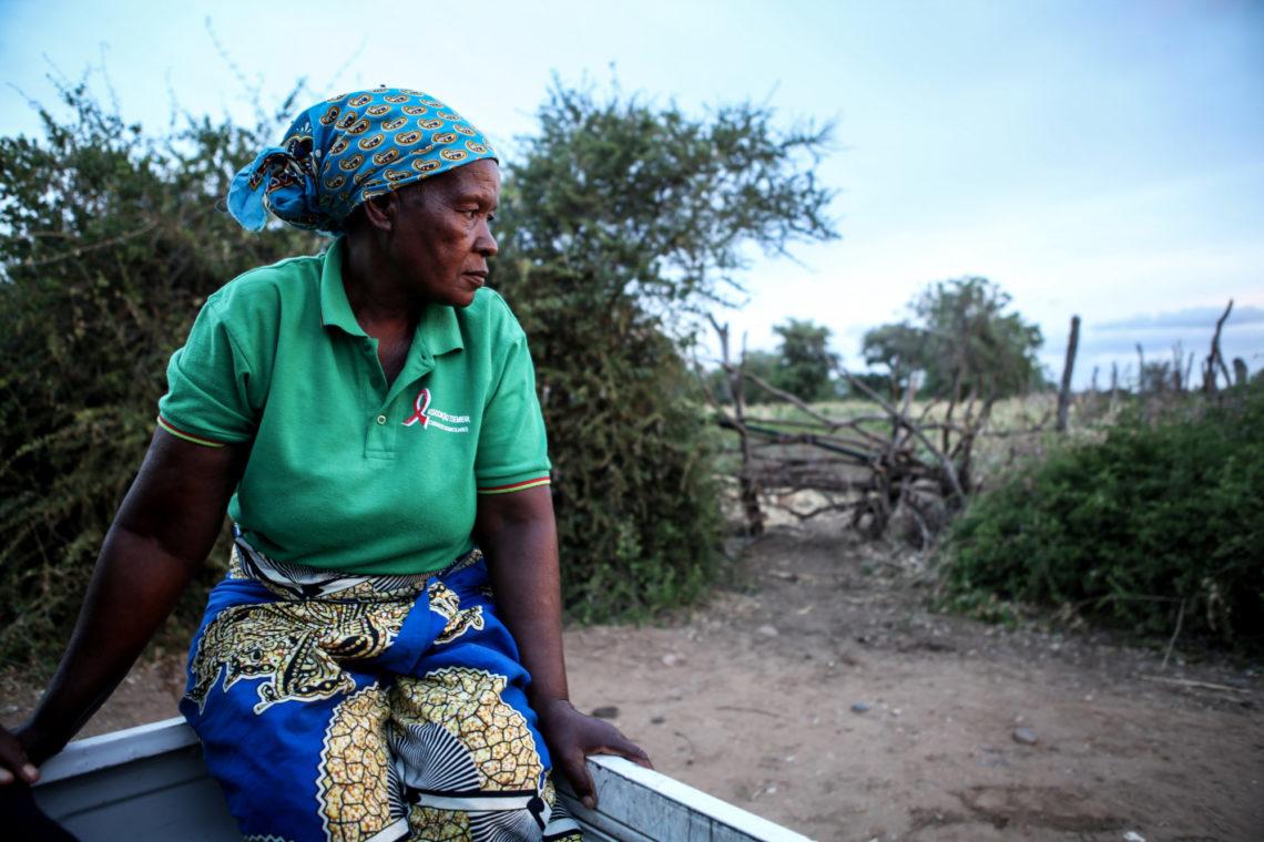 Femme assise dans la nature au Mozambique
