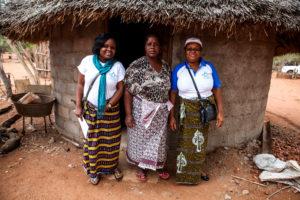 Des femmes posent dans un village du Mozambique