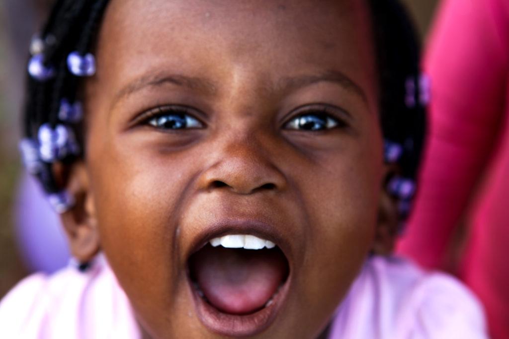 Jeune fille riant à la caméra au Mozambique