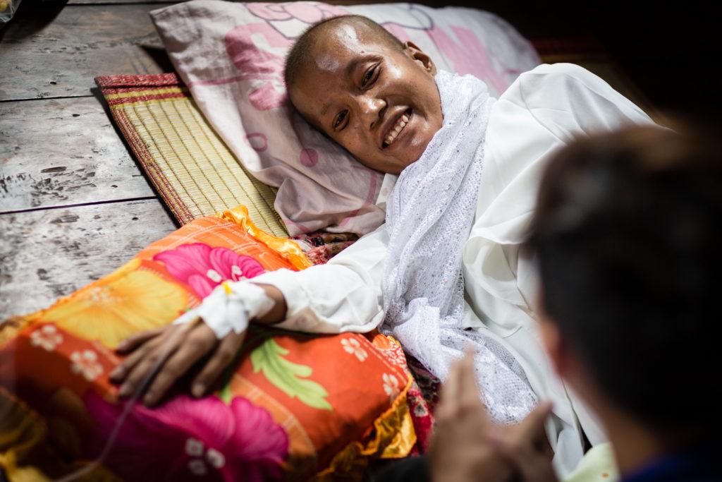 Une patiente souris à son médecin au Cambodge